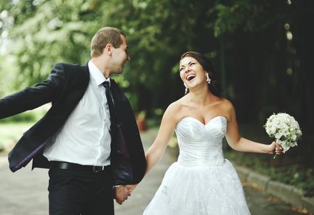 新しく結婚カップルが狂いました。新郎と新婦が一緒に。