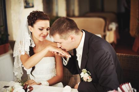 mujer enamorada: Novio que besa la mano de su novia encantadora.