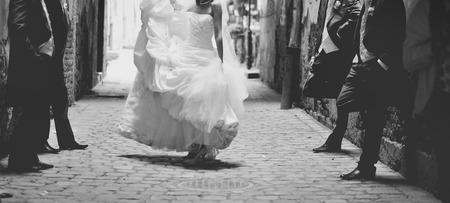 幸せな花嫁の男の子の周りに踊り。結婚式の日 写真素材
