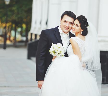 pareja de esposos: retrato de una joven pareja de novios