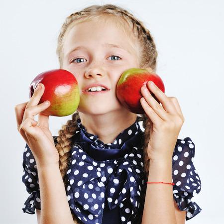 jardin de ni�os: Ni�a feliz jugando con manzanas coloridas