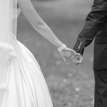 結婚式のカップルの手。黒と白の画像を。一体感。