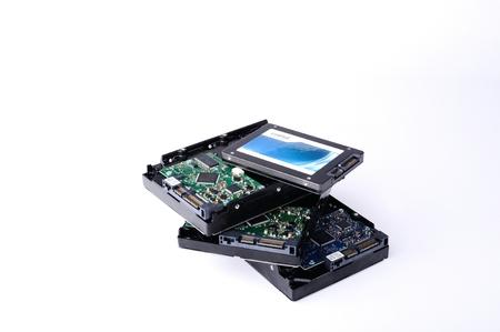 ハード ディスク ドライブの HDD と SSD は、白い背景で隔離