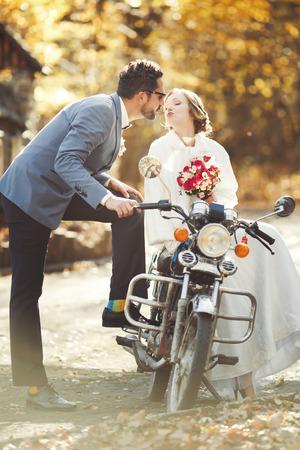 幸せな新郎と新婦一緒に。結婚式の日をカップルします。