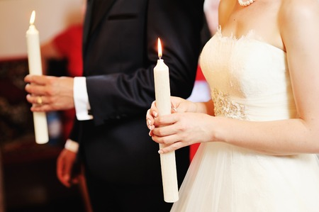 Newlywed couple in church. Banque d'images