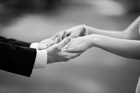 pareja de esposos: par de manos sosteniendo recién casados, me casan!