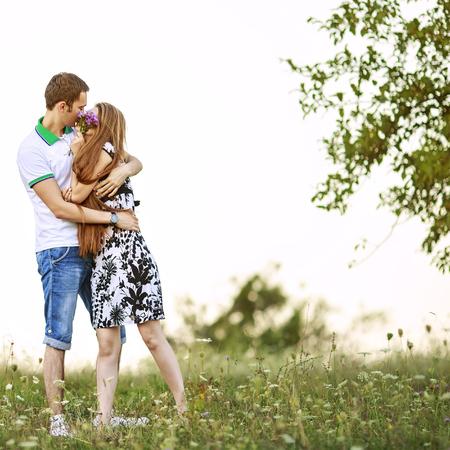 若いカップルは一緒。ロマンチックな瞬間。