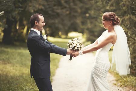 若い結婚式のカップル。新郎と新婦が一緒に。