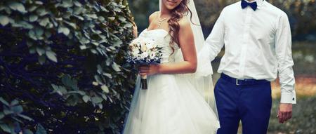 aniversario de bodas: Cuadro del verano de la feliz pareja de novios exterior. Foto de archivo
