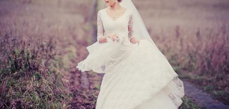 Junge Braut im Sommer ein. Standard-Bild