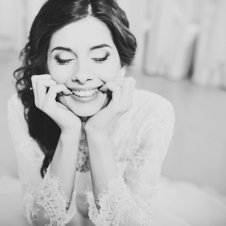 Gelukkig lachend bruid poseren. portret van het huwelijk in zwart-wit.