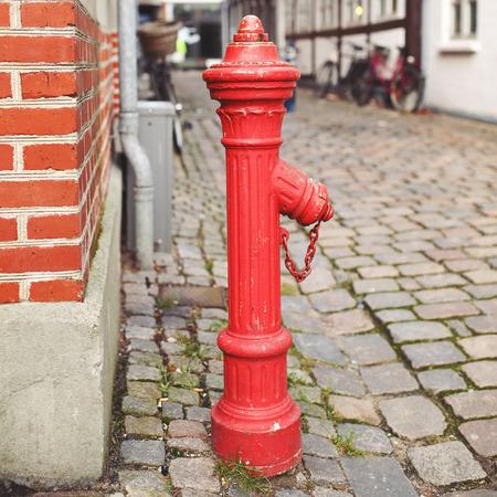 borne fontaine: Red bouche d'incendie. Trottoir.