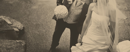 新郎と新婦の結婚式の日に。新婚カップルは一緒。