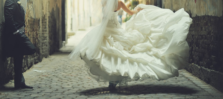 matrimonio feliz: Retrato de una hermosa novia llevaba vestido de novia.