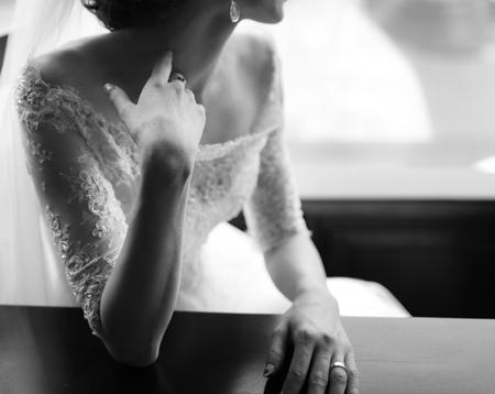 Jonge Kaukasische bruid. Zwart-wit trouwfoto. Stockfoto