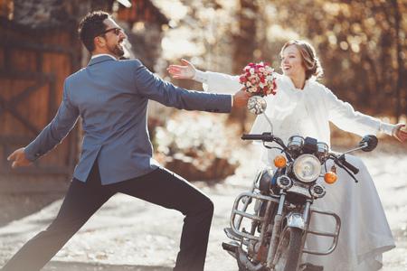 一緒に幸せな結婚式のカップルを驚くべき