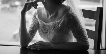 junge elegante Braut, Schwarz-Weiß-Hochzeitsfotografie
