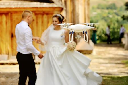 oold の木造教会での結婚式のカップルを撮影ドローン