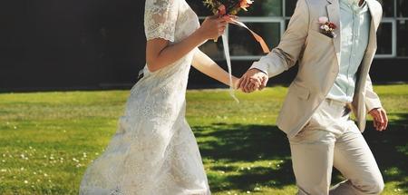 Aziatische bruids rondrennen, gelukkige bruiloft, bruid en bruidegom samen