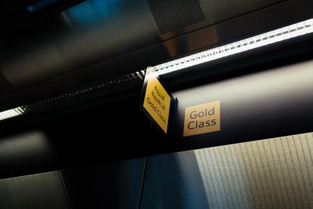 Gold class sign in arabic. Dubai subway 免版税图像