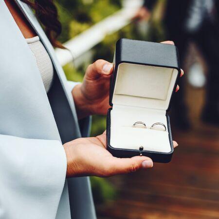 Marriage symbol golden wedding rings in a box. 免版税图像