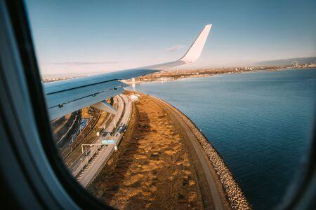 The plane lands at Copenhagen airport flying right over E20 motorway. 免版税图像