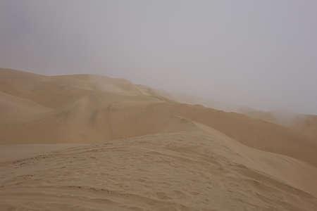 NAMIBIA, SANDWICH HARBOR, DESERT DUNES AND FOG. 版權商用圖片