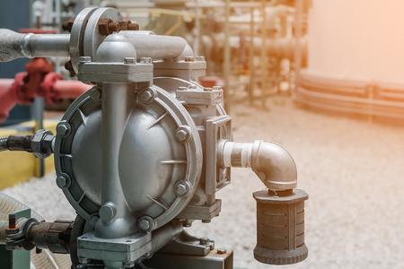 Membranpumpe in der petrochemischen Anlage, Membranpumpe in der Erdölraffinerie industriell, Maschine für das Laden von Chemikalie Standard-Bild