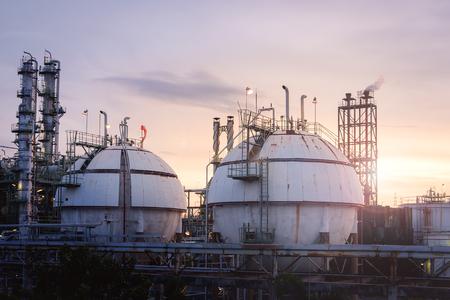 Het gebiedtanks van de gasopslag in olie en gasraffinaderij industrieel met de achtergrond van de zonsonderganghemel, Petrochemische installatie Stockfoto - 93985857