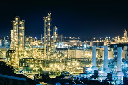 Funkelnbeleuchtung des Destillationsturms und des Kraftwerks mit Nacht, Herstellung des petrochemischen Werks, Fabrik des Olefinwerkes