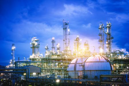 Glitzerbeleuchtung der petrochemischen Anlage mit Dämmerungshimmel, Gasspeicherkugeltank in der Fabrik der Erdölindustrieanlage