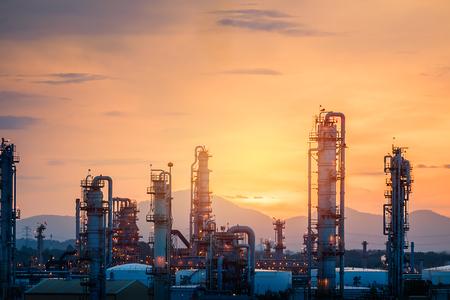 Planta de refinería de gas en el fondo del cielo del atardecer, fabricación de una planta industrial petroquímica con torre de destilación y tubería en el fondo del cielo del amanecer