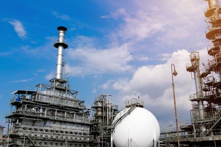 Manufacturing of petroleum industrial plant on blue sky background Stockfoto