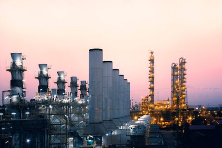 Fabriek van olie- en gasraffinaderijfabriek met zonsopganghemelachtergrond, petrochemische industrie, rookstapels van elektriciteitscentrale