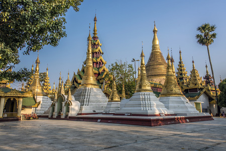 stupas: Shwedagon Pagoda in Yangon diversi stupa