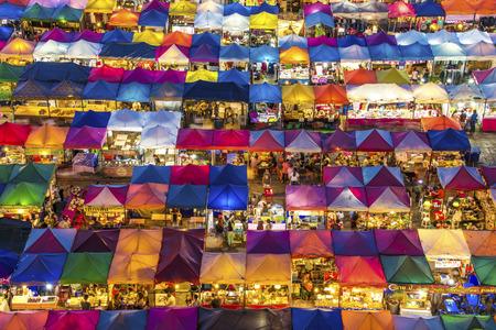 バンコクの鉄道ナイト マーケット 写真素材