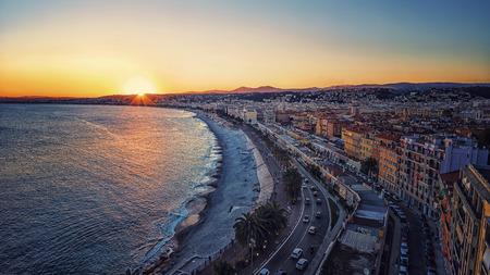 Zonsondergang over de stad Nice Stockfoto - 82579511