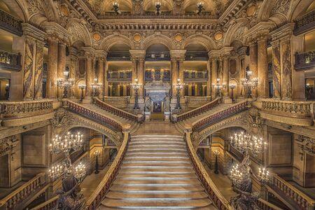 Scala all'interno del Palazzo Garnier, teatro dell'opera di Parigi Editoriali