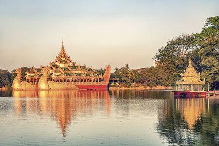Kandawgyi Lake with the Karaweik Hall in Yangon Stockfoto - 140366719