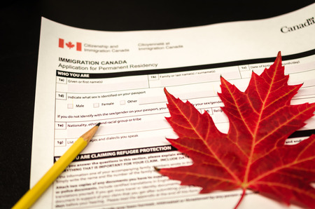 canada immigration form with pencil and maple leaf Reklamní fotografie - 92528850