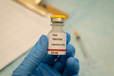 독감 백신 유리 병. 레이블은 사진 목적으로 만 만들어집니다. 스톡 콘텐츠
