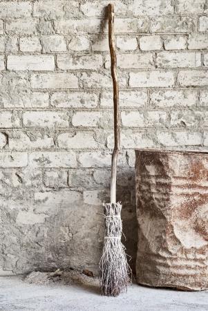 grunge mur, balai en bois et fond vieux baril