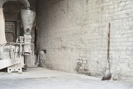 moulin � ma�s �lectrique et balai en bois sur le mur