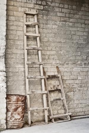 grunge mur, �chelle, vieux baril, brouette cru pour le transport des sacs de grain de fond