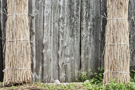 Gerbe de paille est appuy�e contre une paroi au niveau du c�t� gauche et droit
