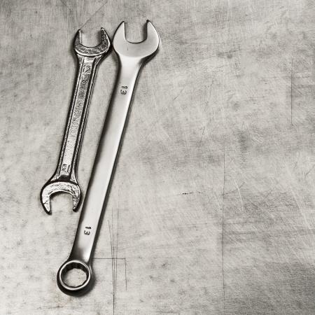 Schraubenschlüssel, Schraubenschlüssel auf einer Metallplatte Standard-Bild - 17215415