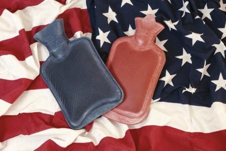 wärmflasche: Kälte in Amerika, zwei Wasserblasen für warm vom amerikanischen Flagge