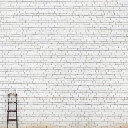 Verwitterten weißen Backsteinmauer mit Holzleiter Hintergrund Standard-Bild - 33298087