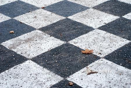 �chiquier peint sur le terrain de l'asphalte � l'automne