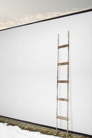 rungs: pared de estuco blanco con una escalera de madera, fondo suelo de baldosas
